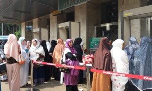 Mulai Sterilkan Masjid Istiqlal, Begini Penumpukan Warga Diluar Masjid/Foto Restu Fadilah / NUSANTARAnews