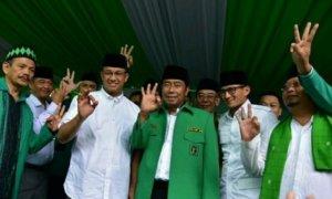 Anies Baswedan dan Sandiaga Uno berfoto bersama Abraham Lunggana (Haji Lulung) di DPW PPP Buaran, Jakarta Timur, Minggu (12/3/2017)/Foto: DOk. Warta Kota