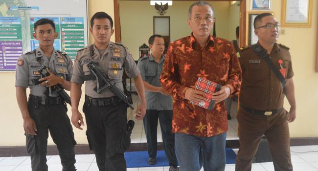 Bambang Tri Dalam Kawalan Saat Sidang Perdana Mengenakan Batik/Foto Dok. Radar Kudus/Nusantaranews