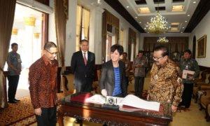 Gubernur Jatim Soekarwo bersama pemerintah Swiss. Foto Tri Wahyudi