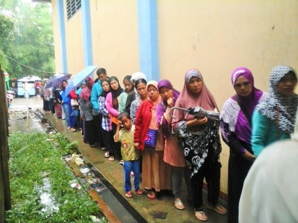 Ratusan warga di Pondok Aren, rela antre demi mendapatkan bantuan Pangan non tunai (BPNT) berupa beras dan gula pasir/Foto JWI / NUSANTARAnews