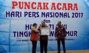 SBY saat menerima Penghargaan Anugerah Prapanca Agung Dari PWI Jatim. Foto Tri Wahyudi