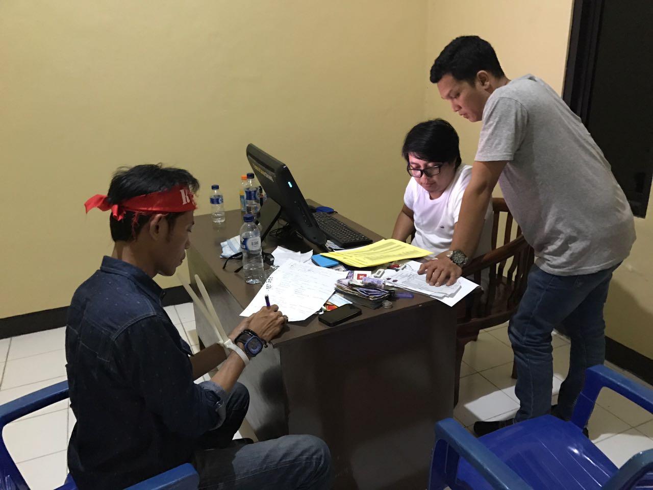 Salah Satu Aktivis dalam pemeriksaan di Mako Brimob Kelapa Dua Depok. Foto Istimewa