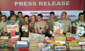 Kapolda Jatim Irjen Pol Machfud Arifin tunjukkan hasil OTT di Jatim/Foto Tri Wahyudi/nusantaranews