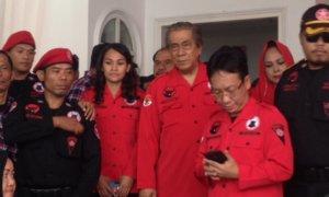 Ketua Umum DPP BMI, Nazaruddin Kiemas (tengah) dan Sekjen DPP BMI Antoni Wijaya (pegang HP)/Foto Deni Muhtarudin/Nusantaranews