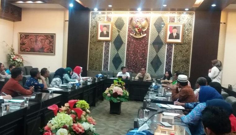 Komite Nasional Aparatur Sipil Negara (ASN) Jatim mendatangi gedung DPRD Jatim/FotoTri Wahyudi/Nusantaranews