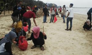 Mahasiswa Pecinta Alam (Mapala) di Eks Karesidenan Pati, melakukan bersih-bersih di Pantai Bondo Jepara/Foto Dok. Pribadi (Jamaluddin)