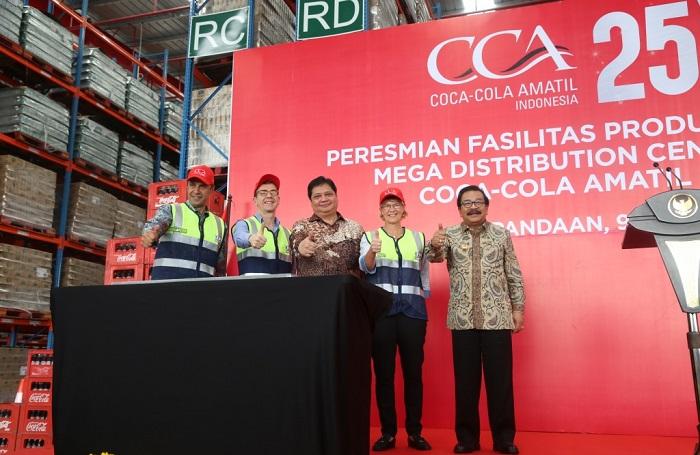 Pakde Karwo bersama Menperin dan seluruh direksi Coca cola amatil seusai penandatangan prasasti/Foto Tri Wahyudi