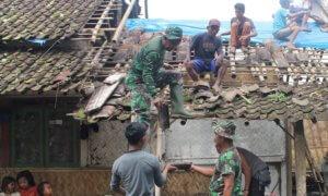 Para Anggota TNI Turut Membantu Melakukan Perbaikan Rumah Korban Puting Beliung di Jember/Foto Sis/Nusantaranews