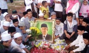 Para Santri Menziarahi Makam Kyai Hasyim Muzadi/Foto Andika/Nusantaranews