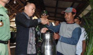 Penyerahkan bantuan kepada masyarakat Desa Pudak Kulon, Kecamatan Pudak, Ponorogo/FOTO MUH NURCHOLIS/Nusantaranews