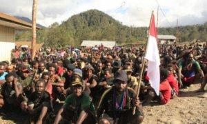Pimpinan KKB, Utaringgen Telenggen, bersama 154 simpatisanya yang kembali ke pangkuan NKRI/Foto Dok. Dispenad/Nusantaranews