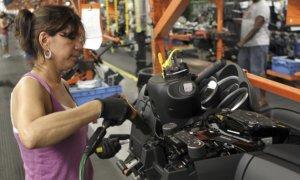 Seorang Perempuan Bekerja Diperusahaan Otomotif/Foto via ibtimes/Nusantaranews