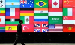 Seorang Pria Tampak Berjalan Kaki di depan Bendera Negara-Bangsa/Foto Istimewa/Nusantaranews