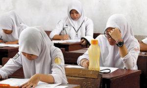 Tampak Seorang Siswi Mengerjakan Soal Ujian/Foto via Sindo/Nusantaranews