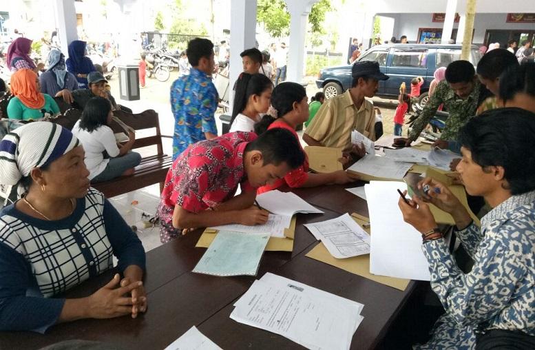 Warga Kurang Mampu Mengantri untuk perekaman e-KTP/Foto Dok. Pribadi/Nusantaranews