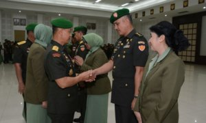 Kasad, Jenderal TNI Mulyono, saat menyalami para pejabat di lingkungan Mabesad. Foto: Dok. Dispenad