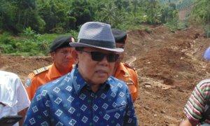 ANGGOTA KOMISI B DPR RI, GATOT SUDJITO KUNJUNGI LOKASI TANAH LONGSOR PONOROGO/FOTO MUH NURCHOLIS/Nusantaranews