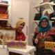 Manajer internasional exhibition Kemenperin Elly Mashitoh bersama pemilik HLB, Ny Siti Huraira. Foto Tri Wahyudi