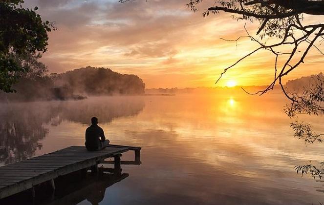 Jomblo menikmati senja sendirian. Foto: Dok. Vimeo