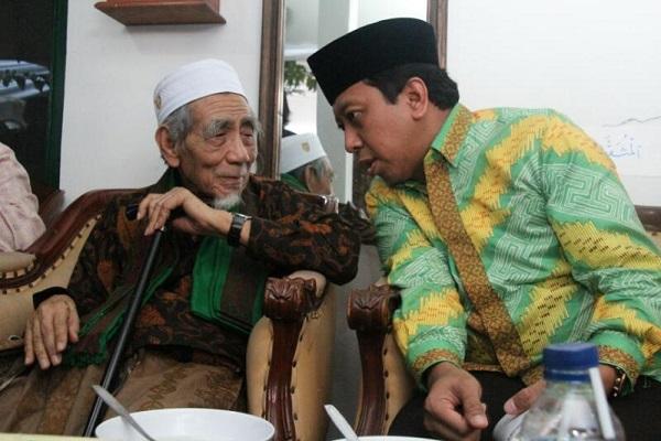 Ketua Umum DPP PPP M. Romahurmuziy waktu sowan ke ke Ketua Majelis Syariah KH. Maimoen Zubair di Rembang, Jawa Tengah, Sabtu (15/4/2017)/Foto: Dok. Istimewa