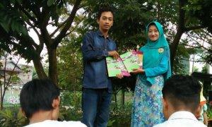Suasana launching buku oleh Formaci Press dalam diskusi Hari Buku Sedunia, Kamis sore (27/4/2017) di Taman Sampangan, Semarang. Foto Dokumentasi Pribadi