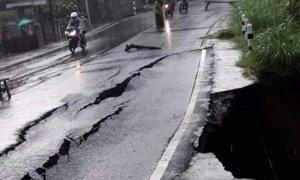 Jalan Raya Ponorogo-Trenggalek km 26, Dusun Ngemplak RT 03 RW 01, Desa/Kecamatan Sawoo, Kabupaten Ponorogo ambles. Foto Oenmust/ NUSANTARANEWS