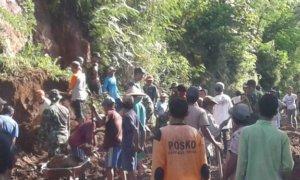 TNI-Warga Bersihkan Material Longsor Balerejo. Foto Hery S
