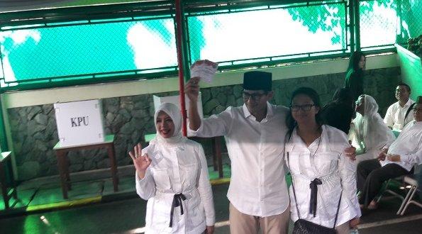 Sandiaga Uno bersama keluarga saat ke TPS/Foto Istimewa/Nusantaranews