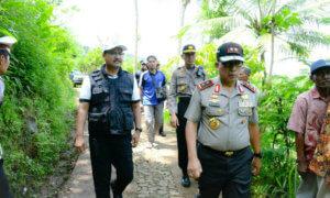 Wagub Jatim bersama Kapolda Jatim Irjen Pol Machfud Arifin berjalan menuju lokasi bencana longsor di Desa Banaran Kec Pulung Kab Ponorogo/Foto Tri Wahyudi/nusantaranews