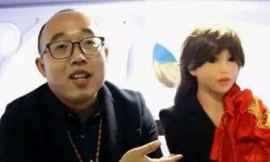Zheng Jiajia (31) bersama Istrinya (robot wanita)/Foto Hanout/Nusantaranews