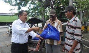 paket sembako gratis ke tukang becak di wilayah Tanjung Perak/Foto Dok. Pribadi/Nusantaranews