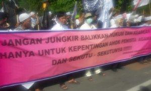 Aksi Ratusan massa dari GUIB Jatim menuntut keputusan hukum Ahok. Foto Tri Wahyudi