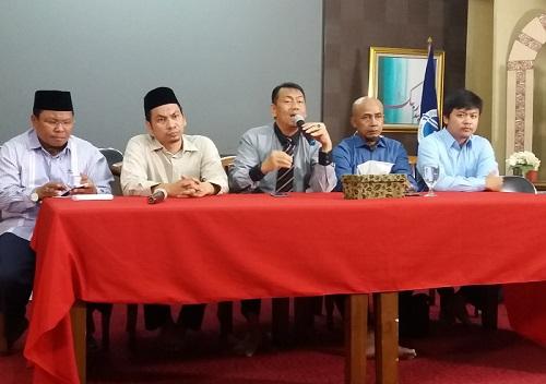Ketua Tim Advokasi GNPF MUI, Kapitra Ampera saat konferensi pers, di Islamic Center, Tebet Utara, Jakarta Selatan, Selasa, (16/5/2017). Foto Restu Fadilah