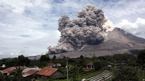 Gunung Sinabung memuntahkan abu vulkanik terlihat dari desa Tiga Serangkai, Sumatra Utara, 1 April 2015. AP Photo/Binsar Bakkara