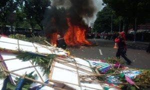 Karangan Bunga Untuk Ahok di Balaikota Dibakar Buruh. FOto Richard Andika/ NUSANTARAnews