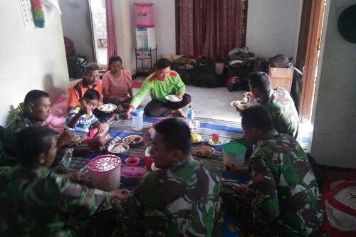 Wujud Kemanunggalan TNI Dengan Rakyat. Foto pen81
