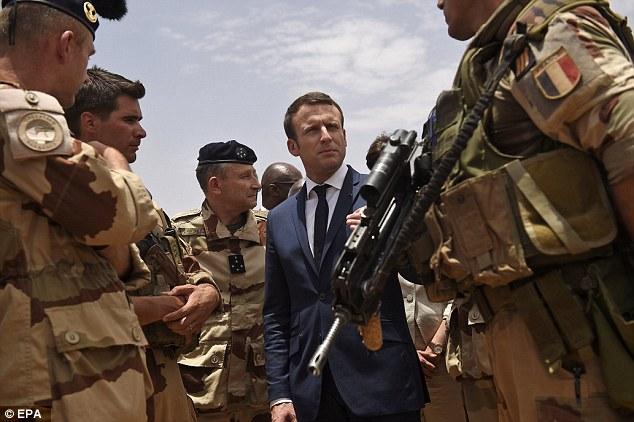 Presiden Perancis Emmanuel Macron saat mengunjungi pasukan Perancis di Mali, Afrika Barat. (Foto: EPA)