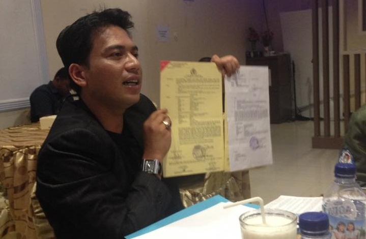 Pengacara, Rianto Junianto Tunjukkan Akta Pengajuan Pra Peradilan/Foto: Eddy Santry/Nusantaranews