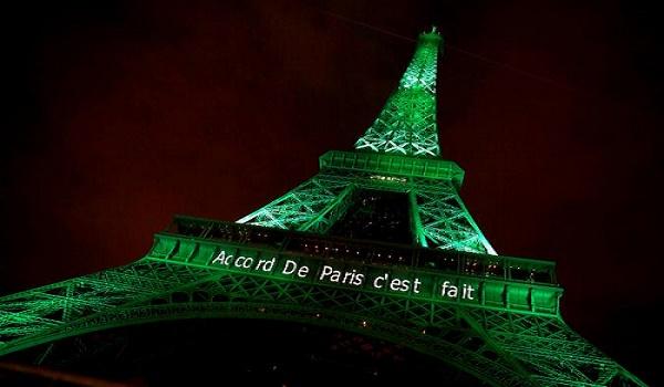 Menara Eiffel diterangi dengan warna hijau dengan kata-kata 'Paris Agreement is Done', untuk merayakan kesepakatan perubahan iklim COP 17. Paris di Paris, Prancis, 4 November 2016. REUTERS/Jacky Naegelen/File Photo