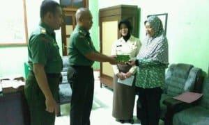Panglima TNI berikan santunan (simbolis) pada Ahli Waris PNS. Agus. Foto Hery