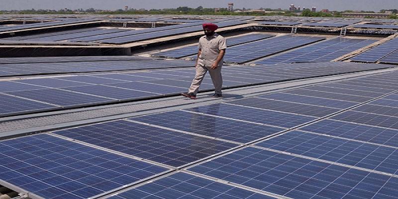 Sebuah ladan panel surya di dekat Amritsar di India, yang mendorong energi terbarukan. (Getty Images)