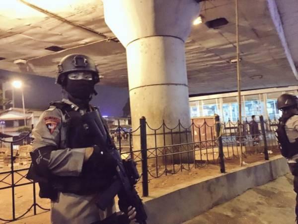 Aparat kepolisian mengamankan kondisi di Kampung Melayu setelah terjadinya ledakan bom, Rabu (24/5/2017) malam/Foto: TMC Polda Metro Jaya/Nusantaranews