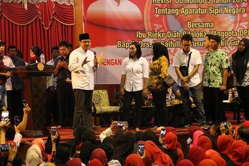 Wakil Gubernur Jawa Timur Drs. H Saifullah Yusuf Berdialog dengan para peserta Sosialisasi dan Konsolidasi di Gedung Juang 45 Surabaya. Foto Tri Wahyudi