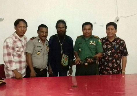 Mantan Anggota OPM, Yusup Aninam (Tengah), bersama dengan Dandim 1709/Yawa, Wakapolres Kepulauan Yapen dan Bupati Yapen. (Dok. Dispenad)