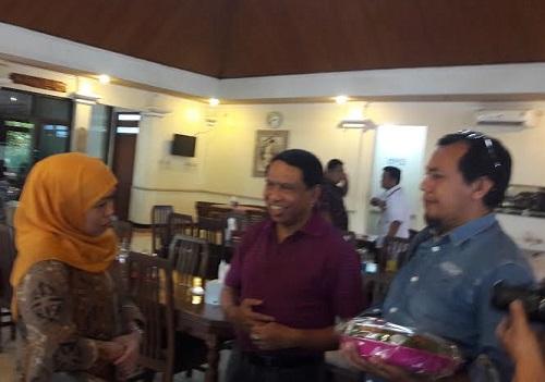 Ketua DPP Partai Golkar, Zainuddin Amali bersama Khofifah Indar Parawansa di Surabaya, Minggu (14/5/2017). Foto Tri Wahyudi