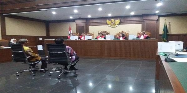 Dua terdakwa kasus korupsi e-KTP (Kartu Tanda Penduduk berbasis elektronik) Irman dan Sugiharto dituntut 7 tahun dan 5 tahun penjara. Foto: Restu Fadilah/ NUSANTARANEWS.Co