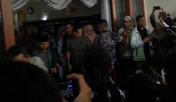 Amien Rais dikerumuni awak media saat jumpa pers/Foto Restu Fadilah/Nusantaranews