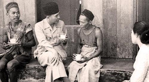 Bung Karno bersama Ibu Fat tengah berdialog dan beramah tamah dengan petani di Yogyakarta sekitar tahun 1946. Foto: Istimewa