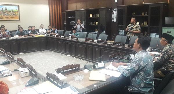 DPRD Jatim Sulidaim saat menerima perwakilan serikat buruh PT Smelting/Foto Tri Wahyudi/Nusantaranews